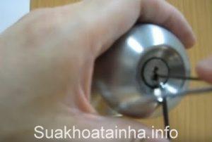THAY KHÓA CỬA TAY NẮM TRÒN, thay khóa tay nắm tròn, thay khóa cửa tại nhà, Khóa tay nắm tròn